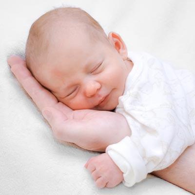 Baby-auf-Hand_Fotolia_80536850_M_400x400